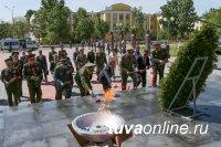 Министры обороны государств - участников СНГ возложили венки к Мемориальному комплексу на площади Победы в Кызыле
