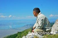 Тува: На горе Буура, где по преданию до сих хранятся остатки железного плота, спасшего людей во время всемирного потопа, состоялась церемония освящения