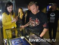 Рок-музыканта Гарика Сукачева познакомили в Туве с уникальной коллекцией филигранных золотых украшений скифских царей