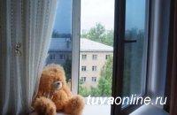 Кызыл: 6-летняя девочка выпала из окна 6-го этажа. СК проводит доследственную проверку