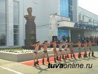 В Туве увековечили память первого летчика республики Чооду Кидиспея. У входа в аэропорт Кызыла открыт памятник