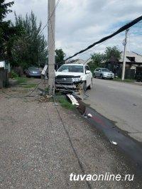 Кызыл: Водитель, въехавший в электроопору, заплатит за нанесенный ущерб