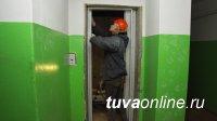 В Кызыле продолжается капитальный ремонт многоквартирных домов. В доме по ул. Лопсанчапа, 37/2 устанавливаются новые лифты