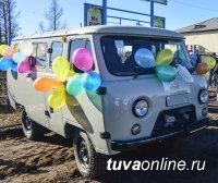 В Туве многодетной приемной семье вручен автомобиль