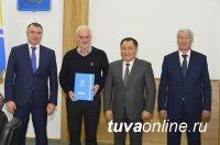Монгольский писатель с мировой известностью Чинагийн Галсан награжден Орденом Республики Тыва