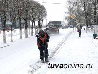 В Кызыле в дни снегопада усиленно работает снегоуборочная техника