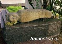 Каменное изваяние из Тувы на Новодевичьем кладбище в Москве?