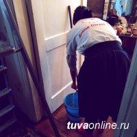 """""""Добрые сердца"""" помогли убраться по дому пенсионерке"""