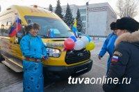 13 школьных автобусов и 10 автомашин скорой помощи прибыли в канун Нового года в Туву
