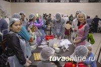 Тува: Иностранные студенты лепили пельмени для благотворительной акции к Шагаа