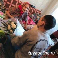 """""""Добрые сердца Тувы"""" и активист """"Единой России"""" поздравили ветерана войны с Шагаа"""