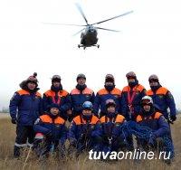 Тувинские спасатели отработали беспарашютное десантирование с вертолета