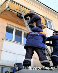 В Туве спасатели сняли с балкона семилетнюю девочку