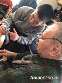 Добрые Сердца Тувы помогают пенсионерам настроить цифровое телевидение