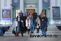 Тувинский государственный театр кукол передал символ Года Театра в России Иркутской области