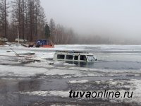 Тува: автомобиль УАЗ провалился под лед на закрытой ледовой переправе. Пьяный водитель спасся
