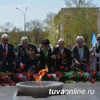 В Кызыле прошла церемония возложения венков Мемориалу воинов-победителей в Великой Отечественной войне