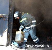 В Туве сотрудники МЧС предотвратили взрыв газового баллона при пожаре