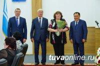 Глава Тувы накануне Дня России вручил государственные награды жителям республики