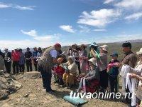 В Туве на священной горе Байза у села Ээрбек возобновлен ежегодный обряд освящения оваа
