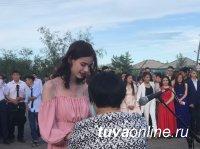 Более 2000 выпускников провожают во взрослую жизнь школы Тувы