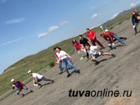 """В Туве в День молодежи волонтеры убрали от мусора """"Гору любви"""""""