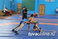В Туве впервые проведен турнир среди борцов до 23 лет