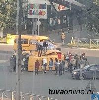 В Кызыле в результате ДТП опрокинулось маршрутное такси