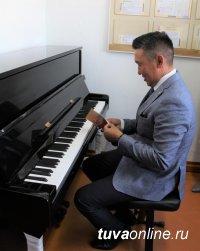 Пять детских школ искусств в Туве получают новые пианино