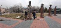 В Кызыле разыскивают автолюбителя, наехавшего на стелу с бюстом Героя Советского Союза на площади Победы