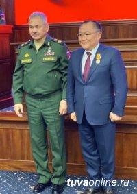 Сергей Шойгу вручил Шолбану – Кара-оолу медаль за вклад в укреплении Обороны Российской Федерации