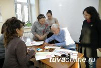 В центральной библиотеке Тувы пожилых жителей обучают художественному искусству