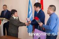 Ветеранам Кызыла вручили юбилейные медали к 75-летию годовщины победы в Великой Отечественной войне