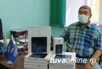 В Туве депутаты парламента в пандемию коронавируса помогают детям учиться дома