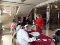 Сенатор Дина Оюн посетила избирательный участок в родной Туве