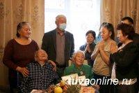 В Туве «Единая Россия» поздравила почетного юбиляра и вручила новые партбилеты
