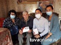 В Туве ветеранам вручили мобильные телефоны с безлимитной связью