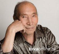 Принимает поздравления с 78-м днем рождения Народный артист Тувы Дыртык Монгуш