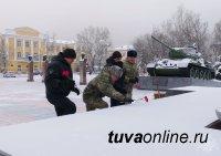 Росгвардия Тувы почтила память снятия блокады Ленинграда возложением цветов к мемориалу на площали Победы