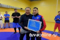 Глава Тувы вручил отличившимся спортсменам средства на жилье