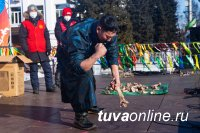 В Туве во II соревнованиях по разбиванию хребтовой кости вновь победил чемпион прошлого года Айдыс Кыргыс из Эрзина