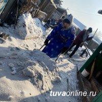 """""""Добрые Сердца Тувы"""" помогают пожилым людям расчистить снежные завалы"""