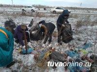 В Кызыле первые весенние субботники начались с уборки мусора с обочин дорог