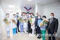 В Туве с 8 марта поздравляют медработниц, лечащих больных с коронавирусом, и других сотрудниц Ресбольницы № 1