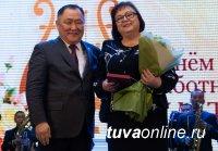 Глава Тувы Шолбан Кара-оол наградил отличившихся работников культуры и искусства