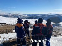В Туве для спасения людей выполнили сложную технически загрузку в воздухе в вертолет пострадавших из перевернувшегося в тайге Урала