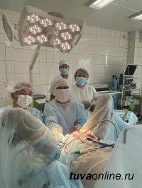 В Туве врачи-урологи провели высокотехнологичную операцию