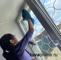 """Активисты """"Добрых Сердец Тувы"""" помыли окна пенсионерам"""