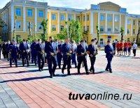 В столице Тувы возложили цветы к Вечному огню