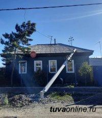 В поселке Каа-Хем по вине водителя КамАЗа железобетонная опора упала на жилой дом